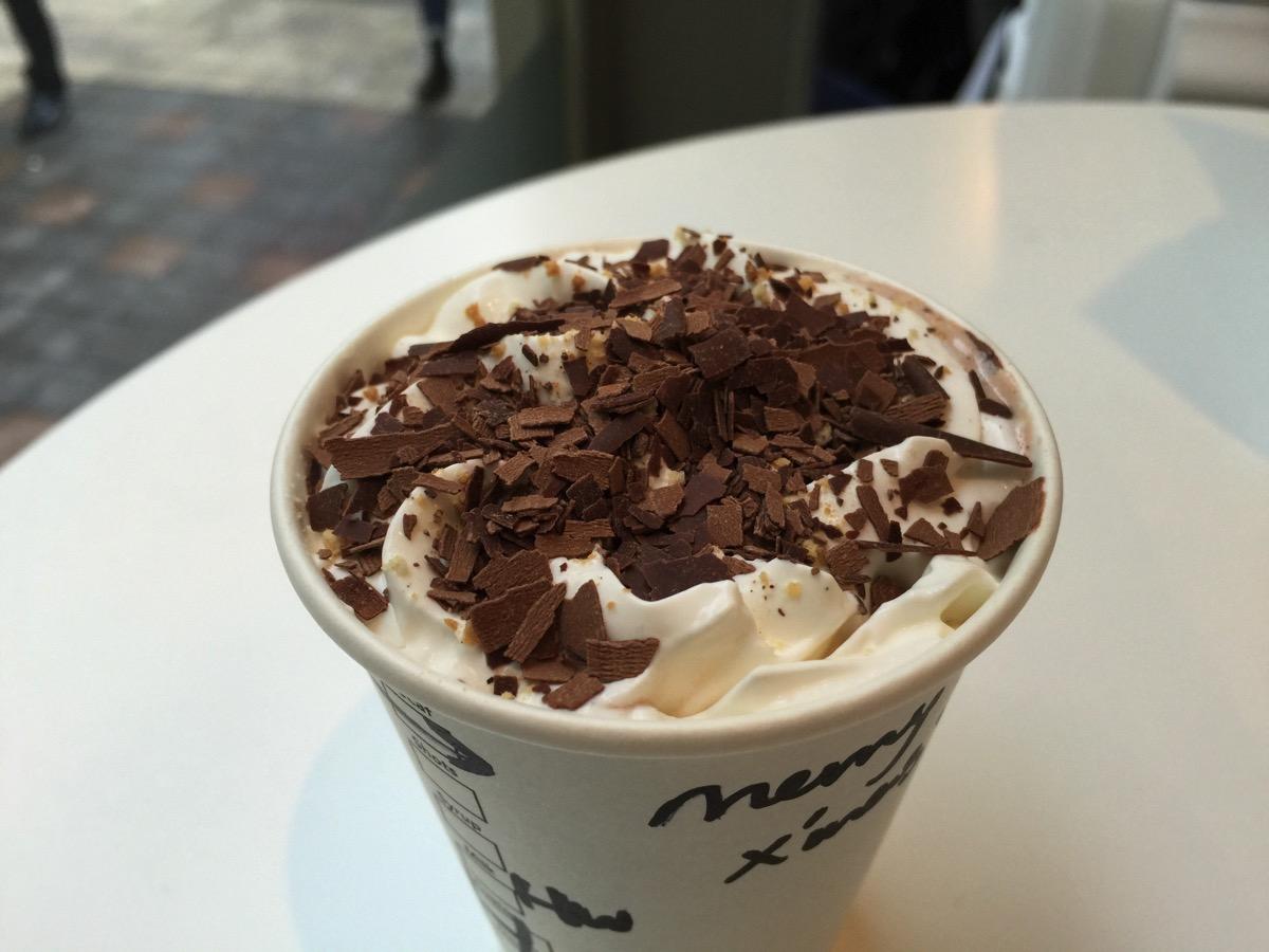 白いスタバでいち早く新作ドリンク「チョコラティクランブルココ」飲んできた。